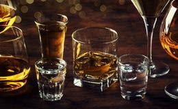 Selectie van harde sterke alcoholische dranken grote glazen en geschoten glas in assortiment: wodka, cognac, tequila, brandewijn  stock afbeeldingen