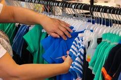 Selectie van kleren in de opslag royalty-vrije stock afbeelding