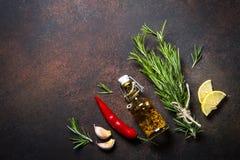 Selectie van kruiden en kruiden op donkere roestige lijst Stock Foto's