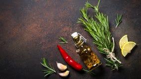 Selectie van kruiden en kruiden op donkere roestige lijst Stock Afbeeldingen