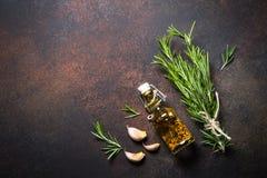Selectie van kruiden en kruiden op donkere roestige lijst Stock Fotografie