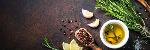 Selectie van kruiden en kruiden op donkere roestige tablel Stock Foto's