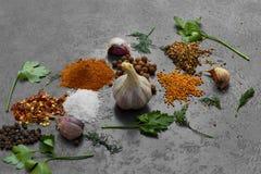 Selectie van kruiden, herbsl op zwarte steenlijst Ingredi?nten voor het koken royalty-vrije stock afbeelding