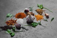 Selectie van kruiden, herbsl op zwarte steenlijst Ingredi?nten voor het koken De achtergrond van het voedsel stock afbeeldingen