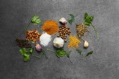 Selectie van kruiden, herbsl op zwarte steenlijst Ingredi?nten voor het koken De achtergrond van het voedsel stock afbeelding