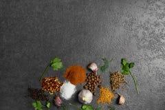 Selectie van kruiden, herbsl op zwarte steenlijst Ingredi?nten voor het koken stock afbeeldingen