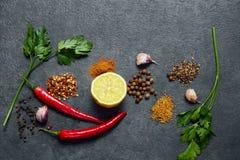 Selectie van kruiden, kruiden op zwarte steenlijst Ingredi?nten voor het koken De achtergrond van het voedsel royalty-vrije stock foto's