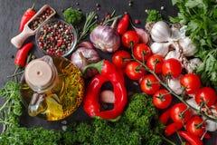 Selectie van kruidenkruiden en greens Ingrediënten voor het koken Voedselachtergrond op zwarte leilijst stock foto's