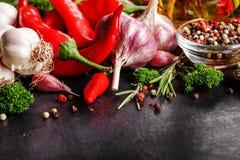 Selectie van kruidenkruiden en greens Ingrediënten voor het koken Voedselachtergrond op zwarte leilijst stock foto