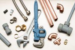 Selectie van Loodgietershulpmiddelen en Loodgieterswerkmaterialen stock afbeeldingen
