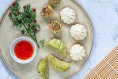 Selectie van mini Chinese bollen - dim sum met zoete Spaanse peper onderdompelende saus royalty-vrije stock foto