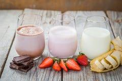 Selectie van op smaak gebrachte melk - aardbei, chocolade, banaan Stock Foto