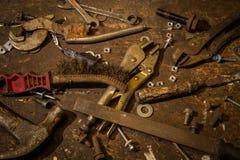 Selectie van oude versleten goed gebruikte hulpmiddelen bovenop een oude houten wo Stock Fotografie