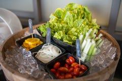 Selectie van salades bij een buffetbar in een restaurant van het luxehotel Stock Foto's