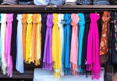 Selectie van sjaals voor verkoop royalty-vrije stock afbeeldingen