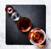 Selectie van sterke dranken in glazen, hoogste mening stock afbeeldingen