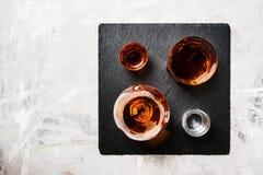 Selectie van sterke dranken in glazen op steenachtergrond, bovenkant v royalty-vrije stock fotografie