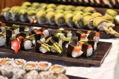 Selectie van sushi op lijst stock afbeeldingen