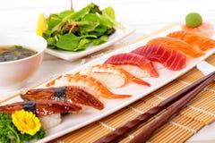 Selectie van sushiplaat met eetstokjes royalty-vrije stock foto's