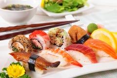 Selectie van sushiplaat met eetstokjes stock afbeeldingen