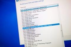 Selectie van Tijdzones op het computerscherm - globale uurselecti stock foto's