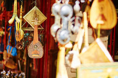 Selectie van traditionele muzikale instrumenten op Marokkaanse markt stock foto
