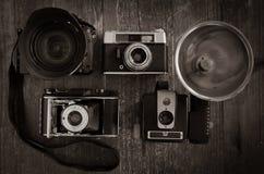 Selectie van uitstekende filmcamera's met één moderne DSLR Royalty-vrije Stock Fotografie