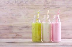Selectie van verschillende smoothie in flessen stock fotografie