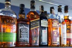 Selectie van whiskyflessen op de barplank stock foto's