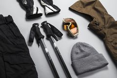 Selectie van wintersportenkleren en materiaal stock afbeelding