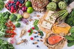 Selectieassortiment van gezond evenwichtig voedsel voor hart, dieet stock foto