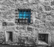 Selectieve desaturatie van een blauw venster royalty-vrije stock fotografie