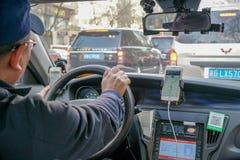 Selectieve nadruk die van de Chinese mens een taxi drijven stock foto's
