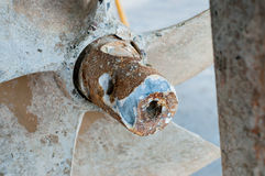 Selectieve nadruk die van propeller van het details de oude roestige schip, wachten op Royalty-vrije Stock Fotografie