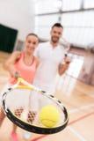 Selectieve nadruk die van tennisbal op de racket liggen Stock Foto