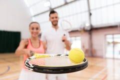 Selectieve nadruk die van tennisbal op de racket liggen Royalty-vrije Stock Foto's