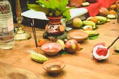 Selectieve nadruk Diwalipuja of Laxmi-pujaopstelling thuis Olielamp of diya met crackers, zoete, droge vruchten, Indische munt, stock afbeeldingen