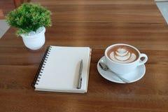 Selectieve nadruk een witte kop van mooie hete cacao, leeg wit Royalty-vrije Stock Fotografie