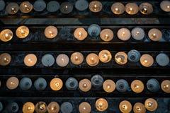 Selectieve nadruk het branden kaarsen lichte, hoogste mening Royalty-vrije Stock Afbeeldingen