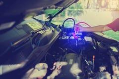 Selectieve nadruk het laden auto met de kabels van de elektriciteitstrog royalty-vrije stock foto's