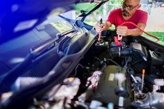Selectieve nadruk het laden auto met de kabels van de elektriciteitstrog royalty-vrije stock fotografie
