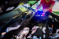 Selectieve nadruk het laden auto met de kabels van de elektriciteitstrog royalty-vrije stock afbeelding