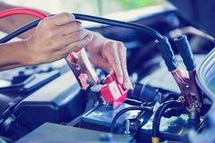 Selectieve nadruk het laden auto met de kabels van de elektriciteitstrog stock foto