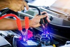 Selectieve nadruk het laden auto met de kabels van de elektriciteitstrog stock afbeelding