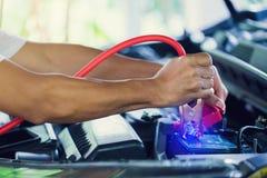 Selectieve nadruk het laden auto met de kabels van de elektriciteitstrog stock foto's