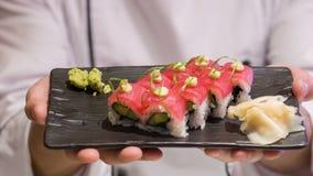 Selectieve nadruk op Aziatische chef-kok die ons van hem tonen stock video
