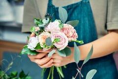 Selectieve nadruk op bloemboeket in vrouwelijke handen Bloemistvrouw die bos maken bij winkel Bloemwinkel, zaken, verkoop en flor stock afbeelding