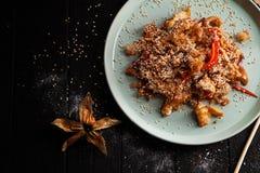 Selectieve nadruk op Chinese rijst met kip Aziatische fastfood royalty-vrije stock afbeelding