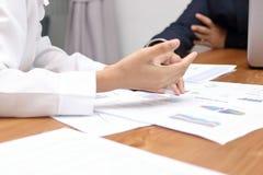 Selectieve nadruk op handen van bedrijfsmensen die grafieken tussen vergadering in conferentieruimte bespreken royalty-vrije stock foto's