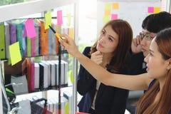Selectieve nadruk op handen van jonge Aziatische bedrijfsmensen die strategieën op tik in conferentieruimte verklaren stock fotografie